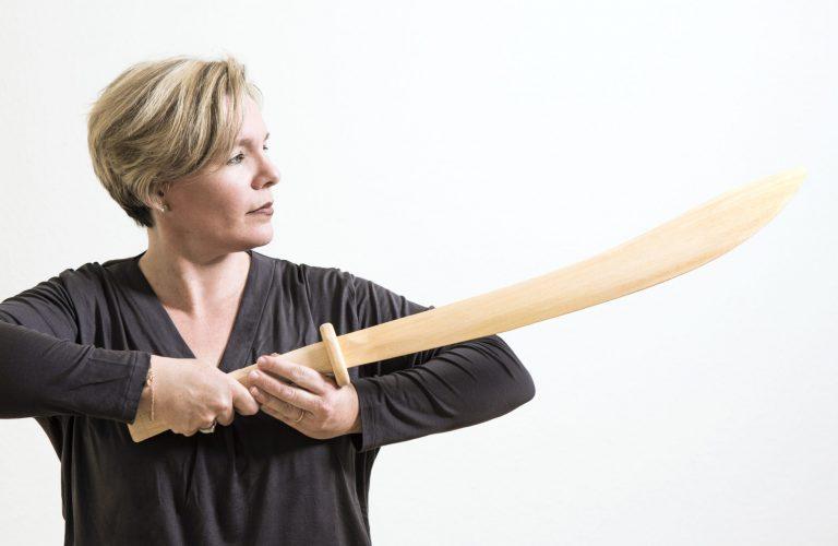 Frau mit Holzschwert