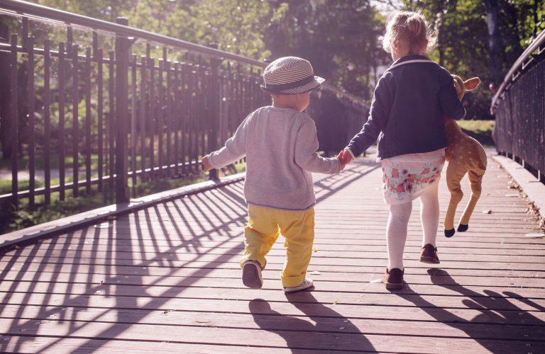 Kinder auf der Brücke für Thema Kinderjahre